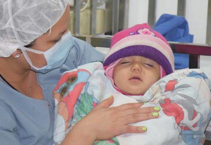 Fernanda nació con una condición denominada polidactilia: tenía en total 23 dedos. (Excelsior)