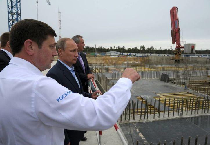El presidente ruso Vladimir Putin durante una visita a la construcción de una plataforma espacial en Vostochny, Siberia, en septiembre del 2014. (Agencias)