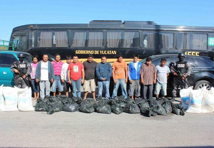 Sujetos arrestados al transitar en dos camionetas en la carretera Santa Clara-Chabihau. (SIPSE)