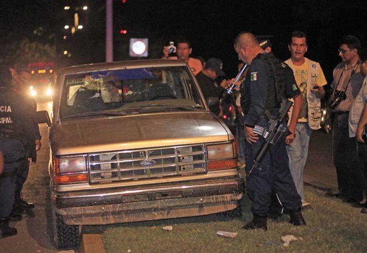 La camioneta en la que viajaban Carmen Alejo Chablé y Roberto López Cruz recibió al menos 12 impactos de grueso calibre. (Ernesto Neveu/SIPSE)
