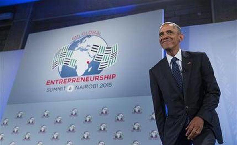Obama a su llegada a la Cumbre Mundial Empresarial. El mandatario de EU anunció nuevos compromisos por importe de más de mil millones de dólares a favor del país africano. (Foto AP)