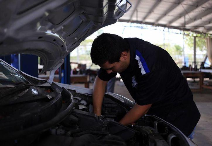 El 60 por ciento de los nuevos empleos son creados por el sector automotriz, según Emilio Carranza, presidente nacional de la Industria de Exportación. (SIPSE)