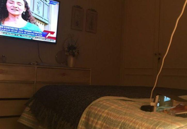 Con lo que tenía a la mano, esta señora grabó su programa de televisión. (Foto: El Español)