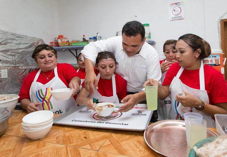 Zapata Bello inauguró ayer martes comedores comunitarios en la zona sur de Mérida. (SIPSE)