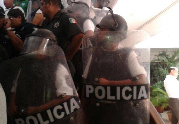 Elementos antimotines municipales arribaron al Palacio Municipal para resguardar la zona. (Jazmín Ramos/SIPSE)