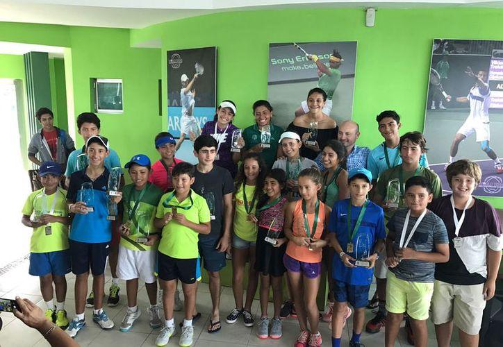 Los campeones y subcampeones posaron para la foto del recuerdo. (Raúl Caballero/SIPSE)