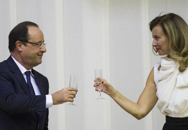 Valerie Trierweiler (der), expareja del presidente francés Francois Hollande, publicó una foto sexy que desencadenó cientos de comentarios de la red. (AFP)
