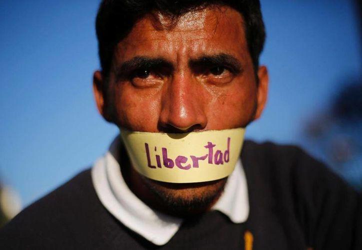 Mañana 3 de mayo se celebra el Día Mundial de la Libertad de Prensa, un derecho que las autoridades deben de respetar. Imagen de un opositor que protesta porque no hay existe libertad de prensa en su país. (Archivo/AP)