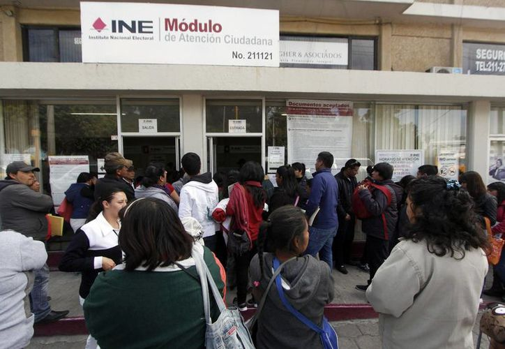 Imagen de una oficinas de INE donde varios ciudadanos esperan para tramitar su credencial de elector. (Archivo/Notimex)