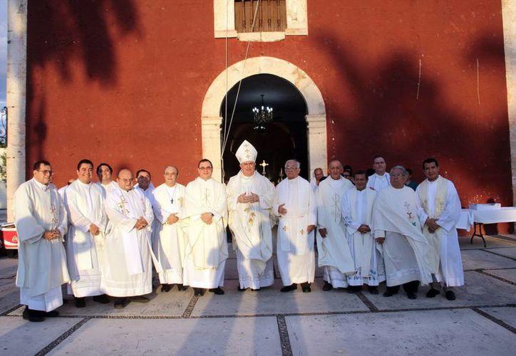 Imagen del Arzobispo de Yucatán, Mons. Emilio Carlos Berlie Belaunzarán, junto a sacerdotes que asistieron a la misa de acción de gracias. (Jorge Acosta/SIPSE)