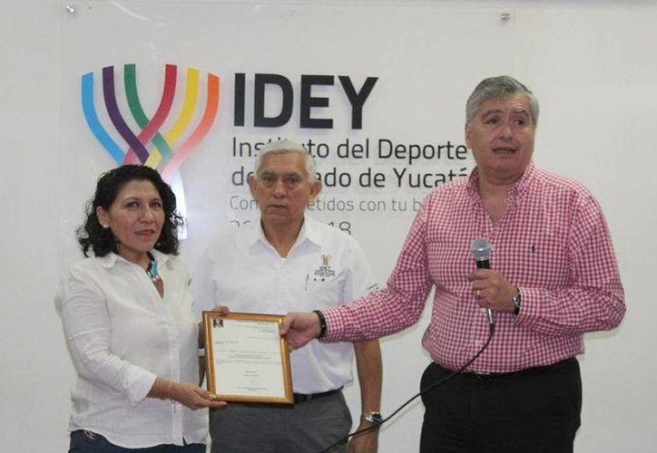Ileana Ivonne Godoy Gil recibe el nombramiento de manos de titular del IDEY, Juan Sosa Puerto. (Milenio Novedades)