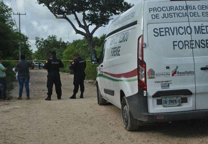 Personal del Servicio Médico Forense arribaron al lugar para el levantamiento del cuerpo. (Redacción/SIPSE)