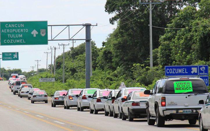 Los sindicatos y transportistas exigen la salida de  Uber. (Jesús Tijerina/SIPSE)