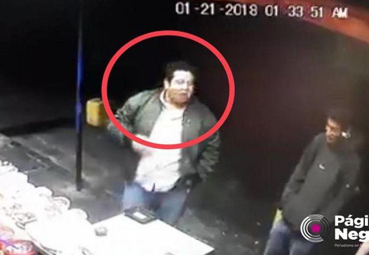 Un video mostró el momento en que dispara contra el trabajador de un puesto de comida. (Foto: Captura)