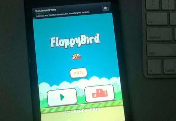 El objetivo de este juego en 2D es hacer volar un pájaro entre tuberías sin tocarlas. (@dongatory)