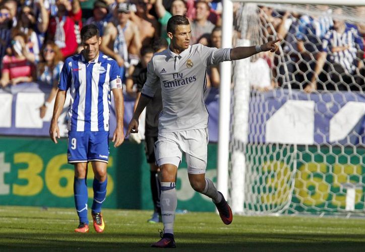 Cristiano Ronaldo podría convertirse este miércoles en el primer futbolista con 100 goles en Champions League si le mete cinco al Legia. (EFE)