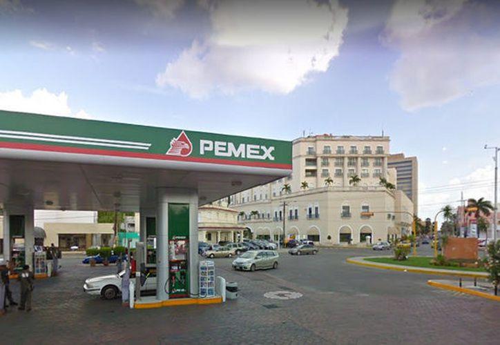 La gasolina Magna, que es la de mayor consumo, en el primer día del mes pasado costaba de 18:50 a 18.20 pesos por litro, este jueves se vendió entre 17.66 a 18.27 pesos. (Novedades Yucatán)