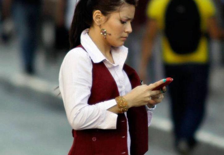 Usuarios de telefonía celular en actividad. (Foto: Milenio Novedades)