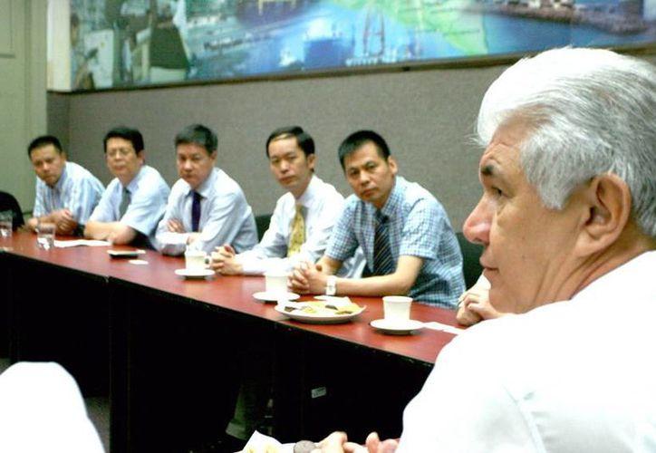 El titular de la Secretaría de Fomento Económico, David Alpizar Carrillo (d), con representantes del gobierno de China interesados en fomentar la participación de empresas mexicanas en la feria Zhejiang ImportGoods Expo. (SIPSE)