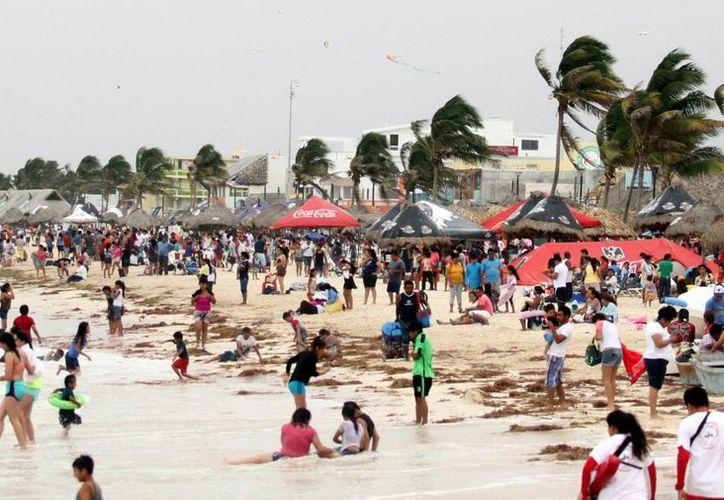 La playa del malecón se vio concurrida, pero no en magnitud que esperaban los prestadores de servicio. (Milenio Novedades)