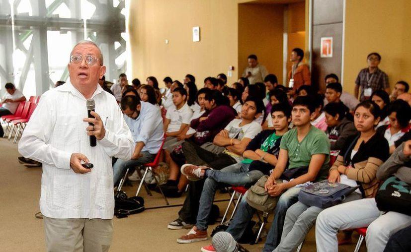 El investigador Rogel Villanueva Gutiérrez durante su exposición. (SIPSE)