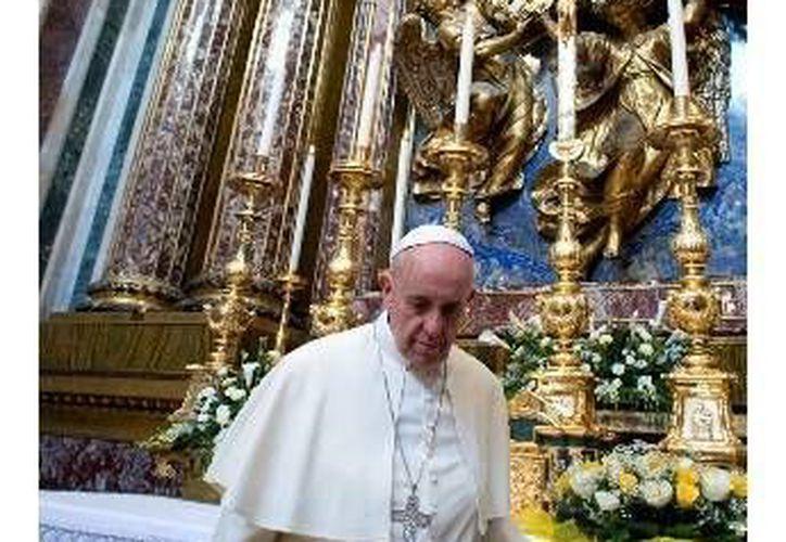 El Papa le pidió a los feligreses que estaban en oración en la Basílica, que lo bendijeran antes de salir a Brasil. (Agencias)