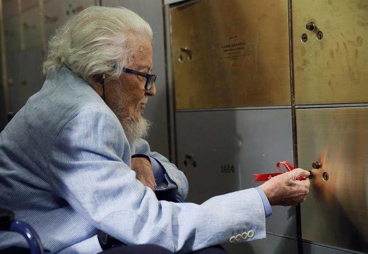 Este jueves, el escritor Fernando del Paso depositó su legado en la caja de las Letras del Instituto Cervantes, donde permanecerá cien años hasta ser abierta. (EFE)
