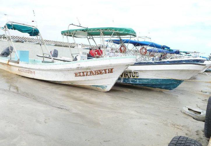 Los hombres de mar pasan por una precaria situación ante la poca afluencia turística. (Raúl Balam/SIPSE)
