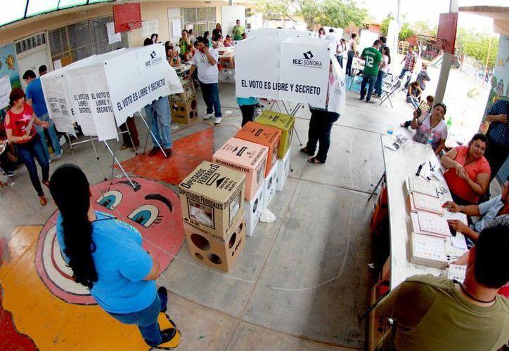 Oaxaca y Guerrero son los estados donde hubo más problemas para colocar casillas electorales. En la foto, un centro de votación en Hermosillo, Sonora. (Notimex)