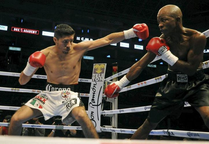 El boxeador mexicano Johnny González (i) intercambia puños con el colombiano Santos Marimon. (EFE/Archivo)