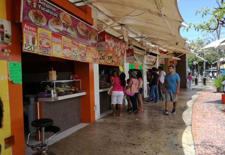 Todas las tardes las pequeñas carretas abren sus puertas para vender todo tipo de gastronomía. (Redacción/ SIPSE)