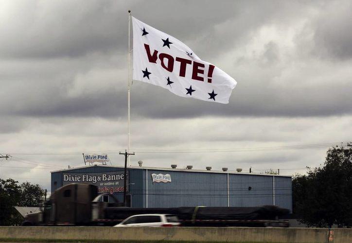 En esta foto de archivo del 8 de noviembre de 2016, una bandera invita a votar en San Antonio, Texas. (AP/Eric Gay)