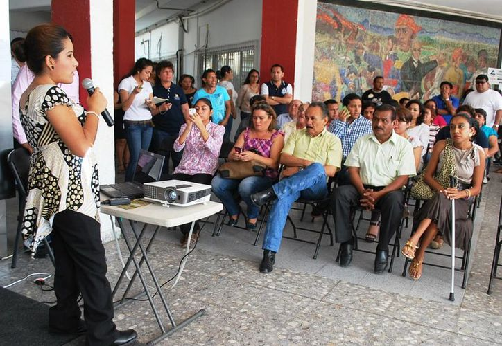 """La licenciada Triccia López Ibarra impartió la plática """"La cultura de la discapacidad"""", donde se promovió entre los asistentes la práctica de la empatía para entender las situaciones de otros. (Cortesía/SIPSE)"""