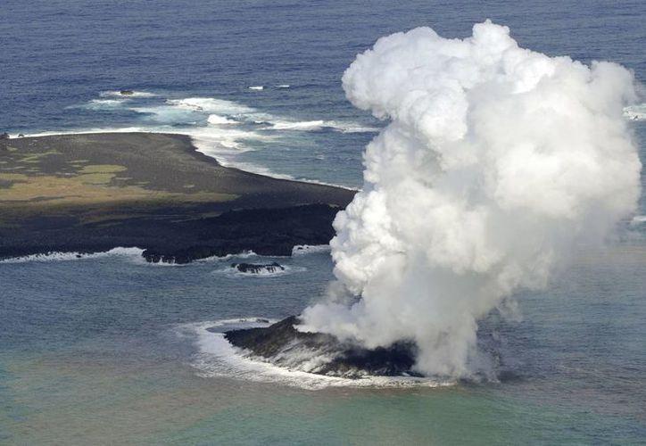 Esta imagen tomada por hoja Guardia Costera de Japón el 20 de noviembre 2013 reflejan humo blanco elevándose de un volcán submarino recién nacido cerca de las islas Ogasawara, a mil km al sur de Tokio.  (Agencias)