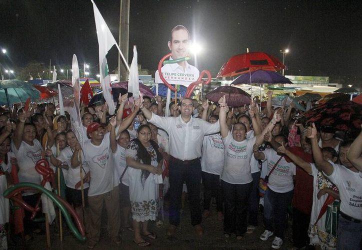Felipe Cervera, candidato del PRI a diputado por el V Distrito, durante el cierre de campaña en Akil. (SIPSE)