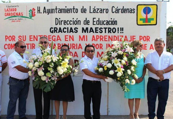 Depositaron ofrenda floral por el Día del Maestro. (Raúl Balam/SIPSE