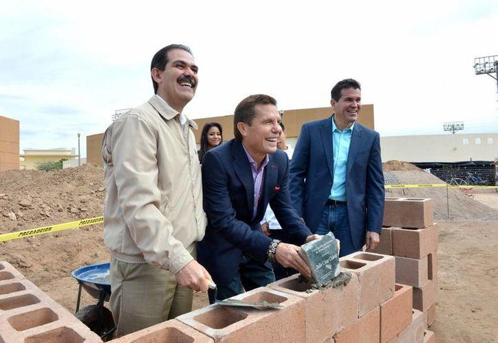 El TEPJF amonestará publicamente al PRI por un promocional donde se calumnia al gobernador Guillermo Padrés, en la imagen con chamarra color caqui. (Archivo/Notimex)