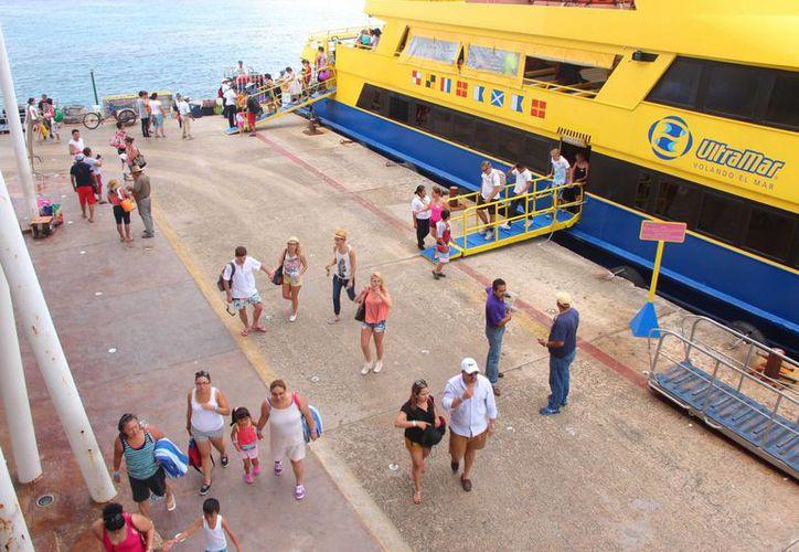 Una embarcación de Ultramar demoró 20 minutos a sus pasajeros, por falta de combustible. (Gustavo Villegas/SIPSE)