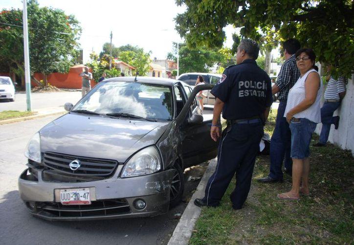 Los daños materiales fueron valuados en más de 20 mil pesos. Al Nissan Platina se le desprendió la facia. (Redacción/SIPSE)