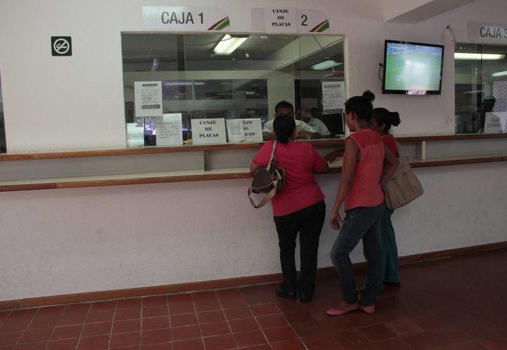 El trámite finalizó el 31 de mayo pasado, sin embargo, aún llegan personas a realizar su cambio de placas. (Tomás Álvarez/SIPSE)
