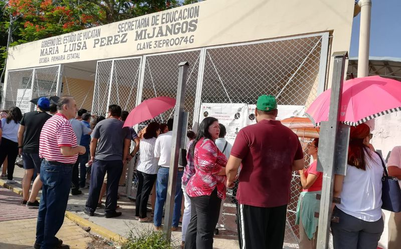 Varios ciudadanos se formaron desde las 7 de la mañana en casillas de Mérida. (Redacción)