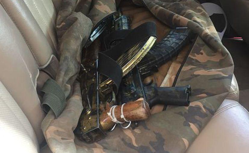 Dentro de la camioneta donde viajaba el detenido fueron localizadas tres armas AK-47. (Milenio)