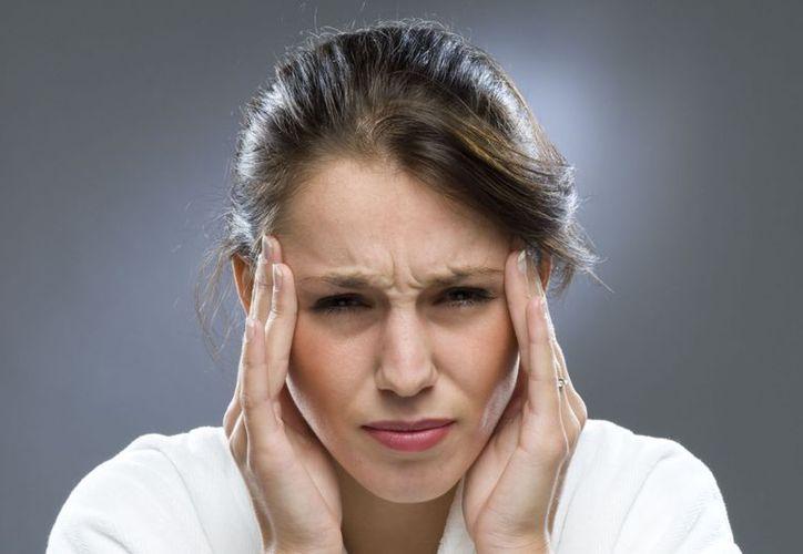 Los mexicanos 'aprenden' a sobrellevar los dolores de cabeza intensos, afirman especialistas. (Internet)