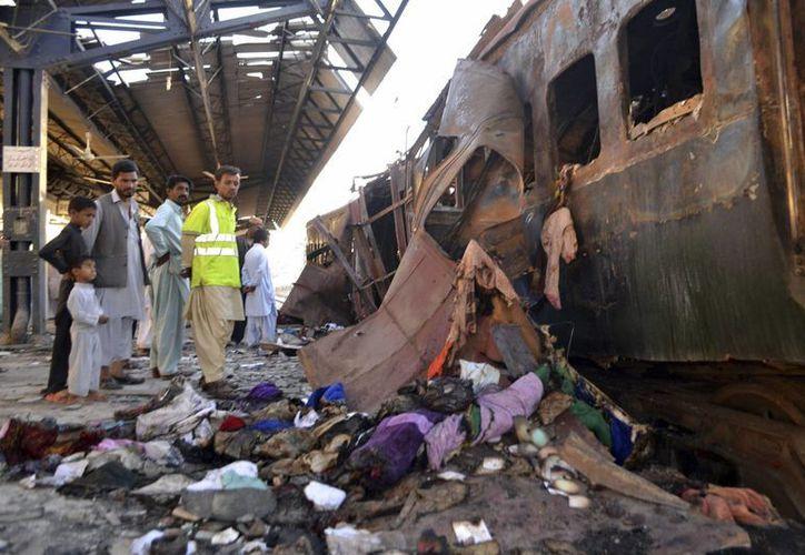 Vista de los restos del vagón de un tren donde se produjo una explosión en Sibi, el suroeste de Pakistán. (EFE)