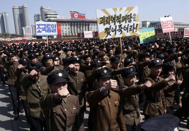 Marcha en apoyo al régimen norcoreano en la Plaza Kim Il Sung de Pyongyang, este viernes. (AP)