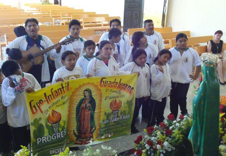 Peregrinos de Muxupip  le cantan a la Virgen de Guadalupe en Progreso. (Manuel Pool/SIPSE)