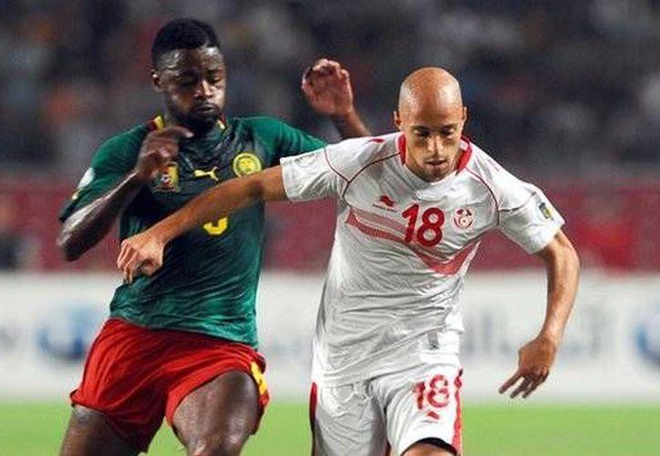 Alex Song (i) estuvo presente en el 0-1 contra México y el 0-4 contra Croacia en el Mundial. (bbc.com)