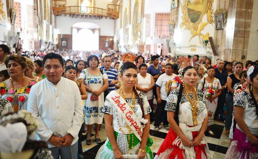 Numerosos fieles con trajes típicos asistieron ayer a la misa en honor a la Virgen de Guadalupe. (Milenio Novedades)