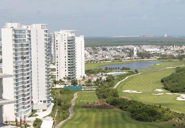 El complejo Be Towers se ubica dentro de Puerto Cancún. (Jesús Tijerina/SIPSE)