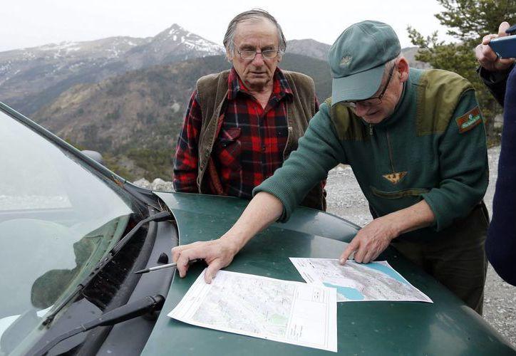 Un guardia forestal muestra en un mapa el lugar del accidente de un avión de Germanwings en en centro de rescate instalado en Seyne Les Alpes, Francia. (EFE)